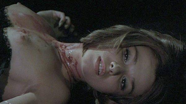 Une jeune femme ayant succombé à Nadine et ses crocs de vampire...