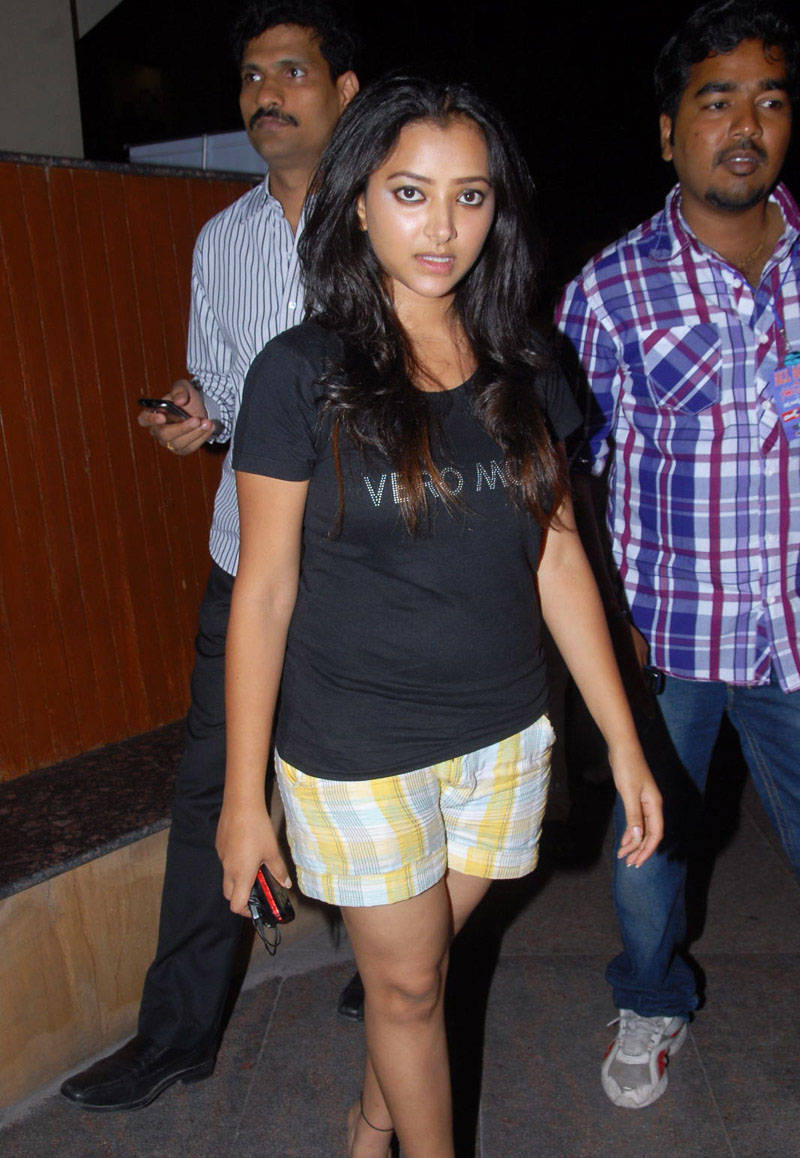 SWETHA BASU PRASAD IN SHORTS AT SANTOSHAM AWARDS wallpapers