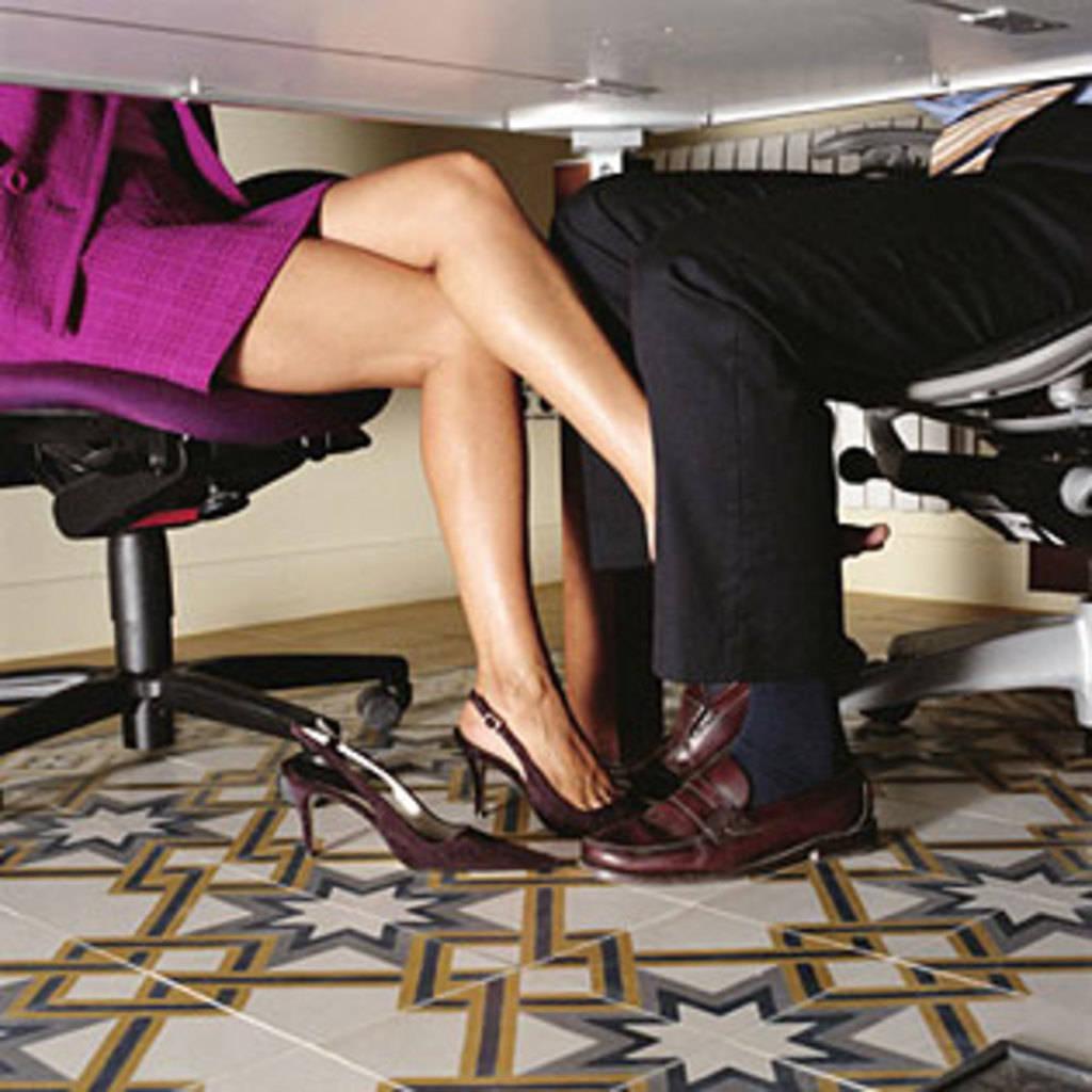 Пристает к девушке под столом 4 фотография