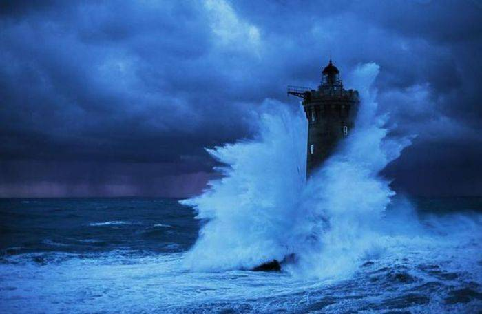 Latarnia morska podczas sztormu 4