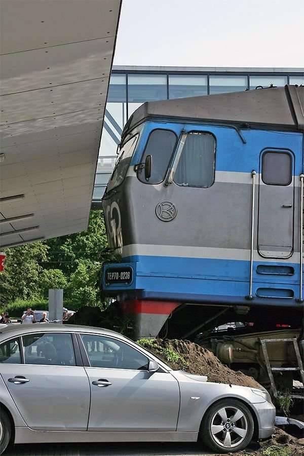 Zderzenie pociągu i BMW 17