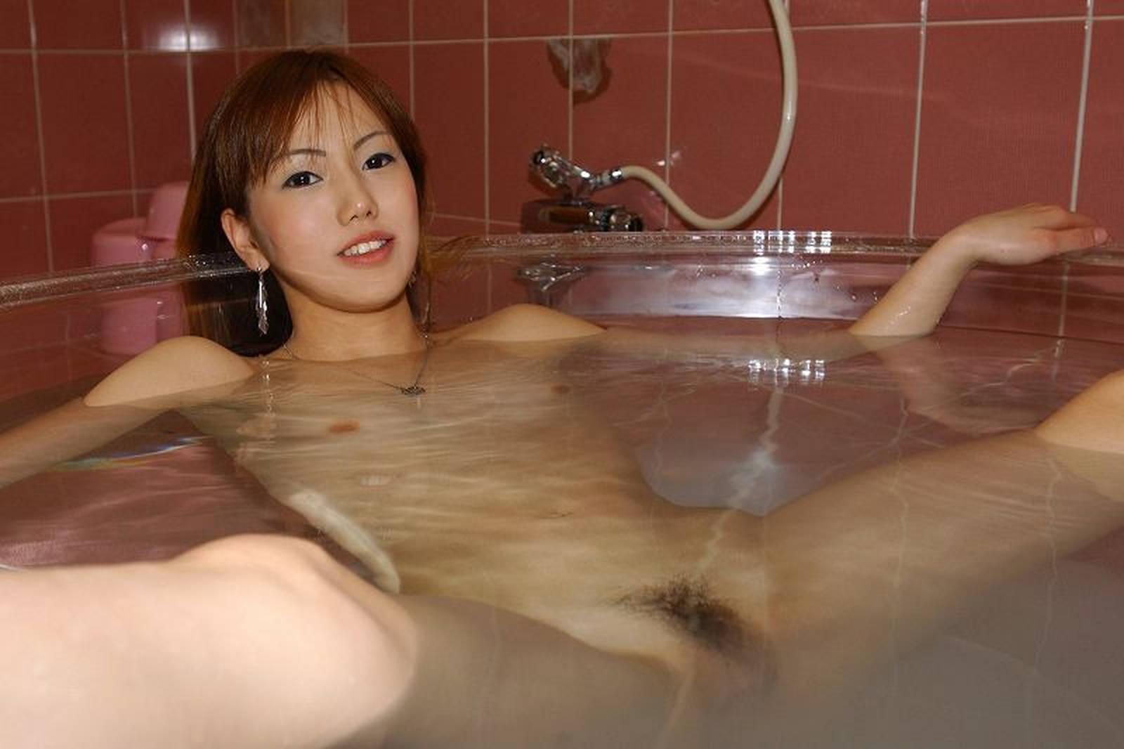 Японки дрочат в ванной, Японке в ванной дрочат её дырочку самыми разными 7 фотография