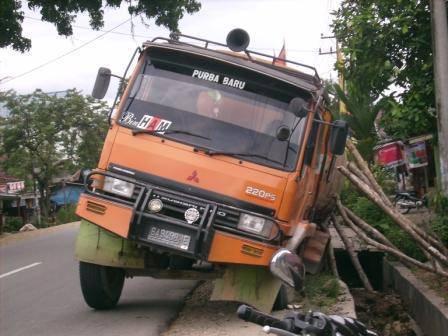 65589058b6b782356d98fde1071fa7d3ffd0d93 Mobil Fuso Terjerumus di Parit Jalan Mandailing Dekat Simpang Salambue
